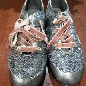 Gently used pair of Guess Tennie Shoes